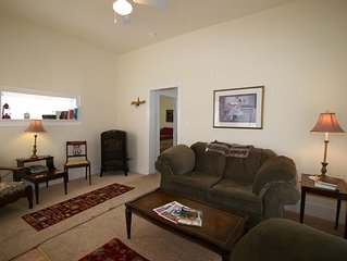 Holly House - Affordable/clean comfort in town! Walk everywhere!