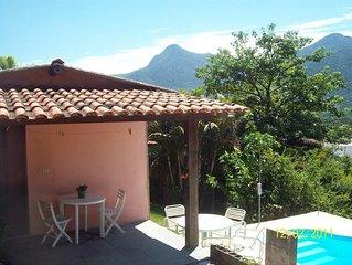 Pequena casa  com linda vista e piscina