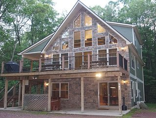 """Cascade"" 6 Bedroom Lodge. Outdoor Gas Fireplace, Hot Tub, Pool Table, WIFI"