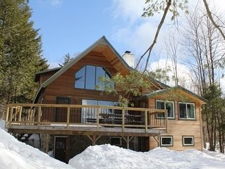 Fully renovated 4 bedroom chalet with outdoor pizza oven minutes from Jay Peak!