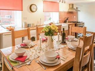 THE ANTLERS, Coldstream - Town centre property ideal for families and groups
