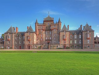 THE LAUDERDALE APARTMENT - stay in a grand Scottish Castle, Edinburgh 30 mins