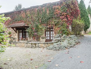 Charming house with covered terrace and large swimming pool in Prats-du-Perigord