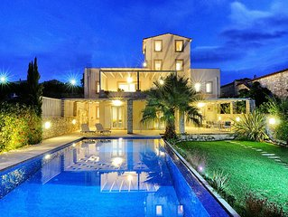 Villa with private pool with scenic views to both sea and mountains