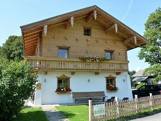 This detached holiday home near the village of Ellmau and the ski-lift.