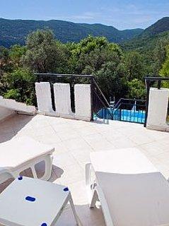 Aproveite o terraço / solário e as vistas da piscina e das montanhas