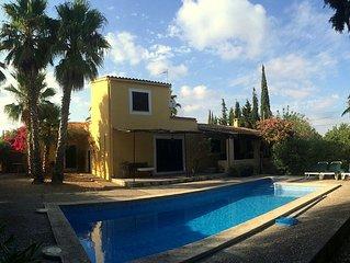 casa estilo mallorquin unifamiliar, con piscina y  jardin y a 5 m de la playa