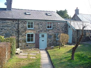 Snowdonia  cottage, parking,woodburner,pets welcome, restaurant-pub next door !