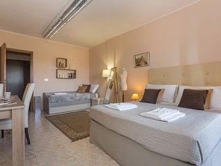 Elegante monolocale climatizzato con letto matrimoniale e letto singolo.