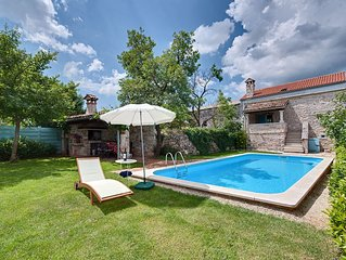 Romantic house with pool in a quiet village, 15 minutes drive to the sea. Wi-Fi