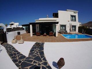 Traumhafte Villa mit atemberaubender Außenanlage, Pool und Meerblick
