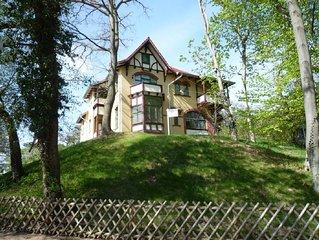 99m strandnah: gross.Loft-Wohnzimmer m.Glasfront am Wald, grosse Sudterrasse,Villa