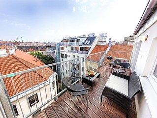 Neuer zentraler drei Zimmer Dachausbau. Balkon mit Blick über Wien. Klima, Lift