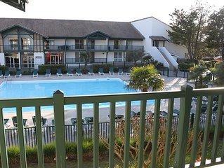 Bel appartement lumineux avec balcon à proximité de la mer et des golfs