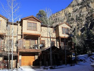 Elegant and Upscale Townhome, Close to Downtown, Hiking, Hot Springs, and River