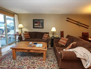 Beautiful 2 BR Condo, Pool, Hot tub! Completely renovated! On shuttle route