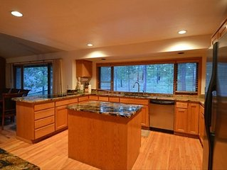 Private Retreat on Golf Course in Sunriver W/8 SHARC Passes & Hot Tub