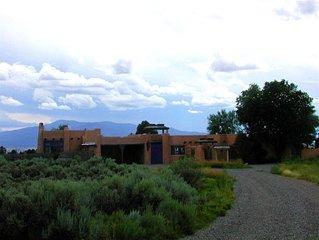 Adobe de  Eototo 360 mountain views, adobe walled private yard & patios