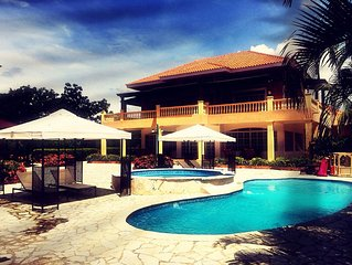 Elegant Luxury Golf Villa 10 mins from beach w/ pool, jacuzzi & covered BBQ area