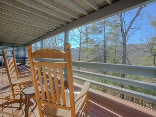 3-bdrm/3-bath Upscale Retreat , forest views, Flat Rock, hiking, breweries/more!