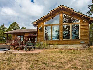Secluded Mountain Cabin, Pikes Peak View, Hot Tub, Close to Attractions!!