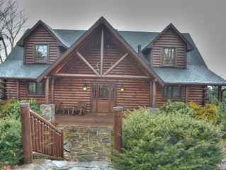 Crystal Cabin-Amazing Cabin with HOT TUB, VIEWS, Pool Table, Wi-Fi, Near Skiing
