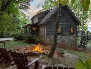 4 Bedroom Log Cabin w/ Pool Table, Views, Fire Pit, and Wi-Fi