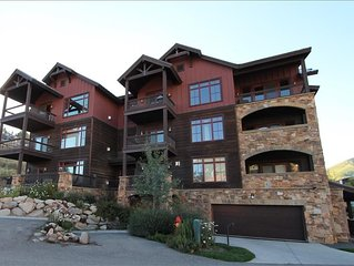 Beautiful and luxurious 2 BR condo across from base area! Hot tub & Pet friendly