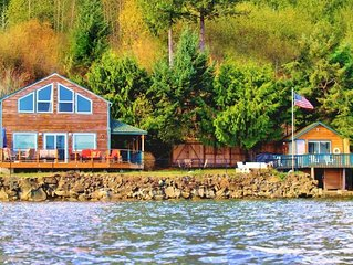 Giggle Fish Beachfront Cabin + Guest Boathouse (fully-fenced) + 2 Kayaks