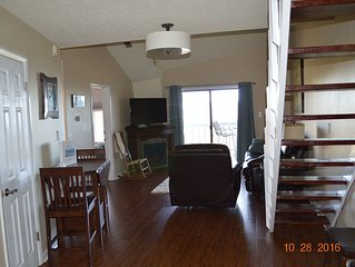 On The Slopes -- Ski In/Out! Sleeps 4-6. Next To Restaurants And Nightlife