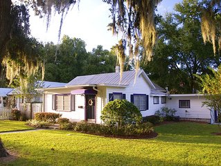 Cozy Corner Cottage-Just a few blocks from downtown Mount Dora!