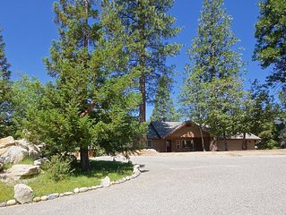 Beautiful 3 bedroom home tucked in the cedars 20 minutes from Yosemite!