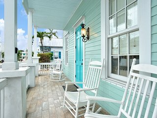 Luxury 2 Bedroom with Full Kitchen - Sleeps 5 - Walk to the Beach & Nightlife