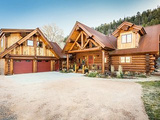 River Crest Cabin,  Luxury Log Home, HotTub, Sleeps 16-20, Entertainment Island,