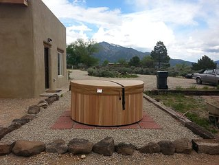 New adobe guest house - mountain views - great location - hot tub