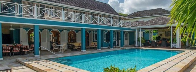 Sweet Spot-  6 bdrm beachfront villa on Runaway Bay with pool and outdoor living