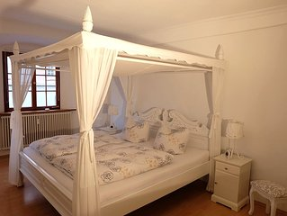 ROMANTIC apartment (109 sqm) four-poster bed, WiFi, 300m from the lake