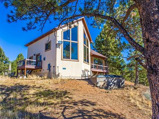 Gorgeous Mountain Cabin on 35 acres! Hot-tub, Spectacular views of Pikes Peak!