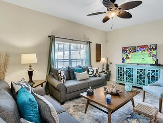 Splendid 5/4 TH w/ private pool in gated resort w/ clubhouse (10' to WDW)