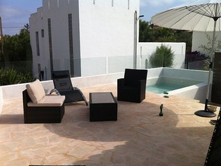 Design house with private pool, terraces and direct access to the beach