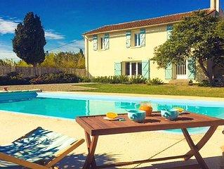 Jolie maison ancienne, dans domaine avec jardin clos arbore et piscine privee