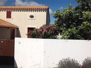 maison dans résidence privée sécurisée avec piscine, internet et vélos.
