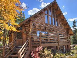 Log Home Retreat, outdoor living w/ grill, pool table, 2mi to Skiing & Main St.