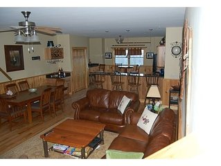 Spacious 4 BR-4 BA sleeps 14 Comfortably. Short walk to Snubber Trail