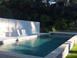 Villa avec grand terrain ombragé, grande piscine et proche des commodités