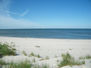 BAYFRONT ESCAPE -BAYFRONT/BEACHFRONT. Private Beach Access from the backyard!