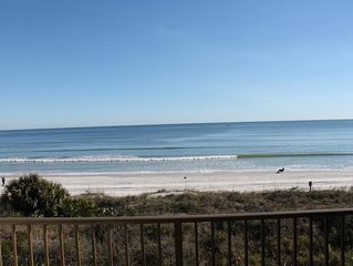 Ocean/Beach Front Condo, Beautiful View from Balcony, 4 Heated Pools, WIFI