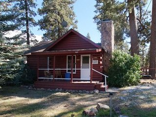 Red House - Big Bear City quiet Romantic Getaway with hot tub!