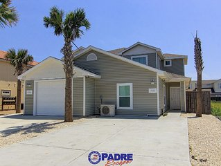 Private 5/3 Duplex close to Beach! Comes w/Saltwater Pool, Free Wifi & more!