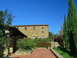Old renovated cottage in hamlet with a swimming pool in the Tuscan hinterland.